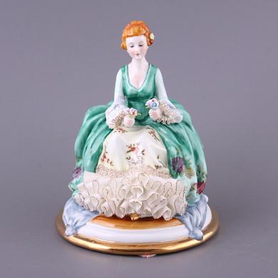 Фарфоровая статуэтка девушка с цветами